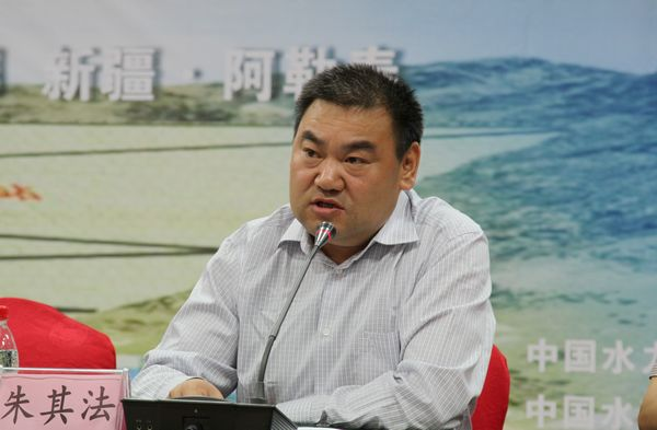 2013年8月29日,中国水力发电工程学会混凝土面板堆石坝专业委员会、中国水利水电第十一工程局有限公司在新疆阿勒泰哈巴河县组织召开了高寒地区混凝土面板堆石坝技术进展专题研讨会。来自全国水利水电工程建设、设计、施工、监理和科研等40余个单位的领导、专家和学者约150人参加了会议。 随着混凝土面板堆石坝建设技术的不断进步和发展,我国在西部、东北等高寒地区已建成多座面板堆石坝工程,积累了丰富的经验。目前,我国高寒地区还有多座面板堆石坝工程在建或拟建。为了总结高寒地区面板堆石坝的建设经验,推动高寒地区面板堆石坝建