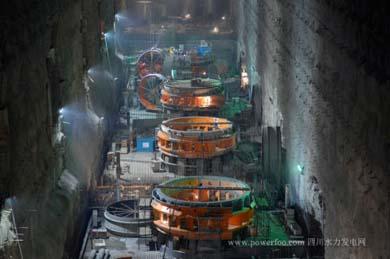 0年4月5日,溪洛渡水电站左岸主厂房水轮机组群蜗壳导水座环安装